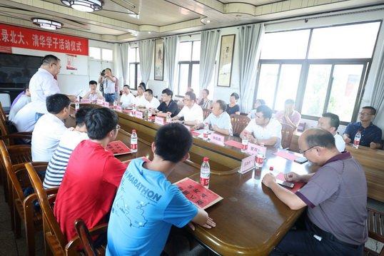 新八集团奖励新洲一中2018年荣录北大、清华学子活动仪式圆满举行